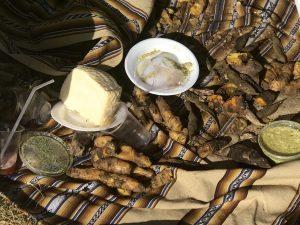 im Steinhaufen gegarte Kartoffeln mit Käse und Aji-Sauce